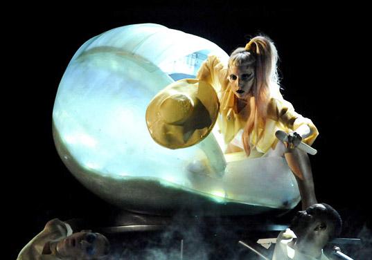 02performance-lady-gaga-step-egg2